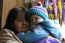 Vítkovi žijí v Řečici v rodinném domě i s babičkou, která pomáhá s uspáváním. V přízemí se nedají přehlédnout police plné dětského oblečení. Jenom oblékání několika malých dětí dá matce Heleně Vítkové (na snímku) pořádně zabrat.