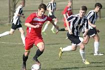 Mezi žadateli o příspěvek na sportovní činnost mládeže byl i žďárský fotbalový klub FC Žďas Žďár nad Sázavou (na snímku fotbalisté v černobílých dresech). I jemu byla žádaná částka o něco snížena. Namísto 686 400 korun získali 590 900 korun.