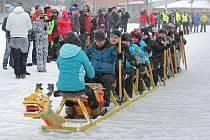 Originální saně pojedou po bruslařském ovále u zimního stadionu ve Žďáře po trase dlouhé sto metrů. Obsadí je deset závodníků a o rytmus se postará bubeník.