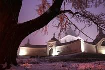 Poutní kostel svatého Jana Nepomuckého se otevírá návštěvníkům i v době adventní a vánoční. V sobotu od 19 hodin se uskuteční v chrámu slavnost světla k oslavě svaté Lucie. Kostel i ambit budou osvětleny pouze svícemi.