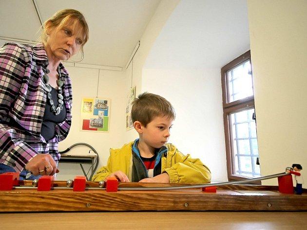 Výstava ve žďárském regionálním muzeu přibližuje návštěvníkům fyziku přitažlivou a zábavnou formou.