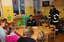 Hasiči ze žďárské stanice četli dětem v novoměstské nemocnici.