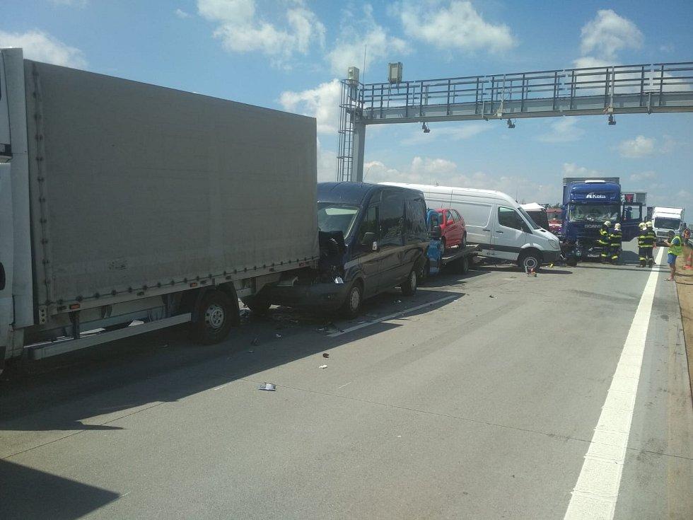 Dálnice D1 je na 139,5 km ve směru na Brno uzavřena. Důvodem je hromadná nehoda osmi vozidel.