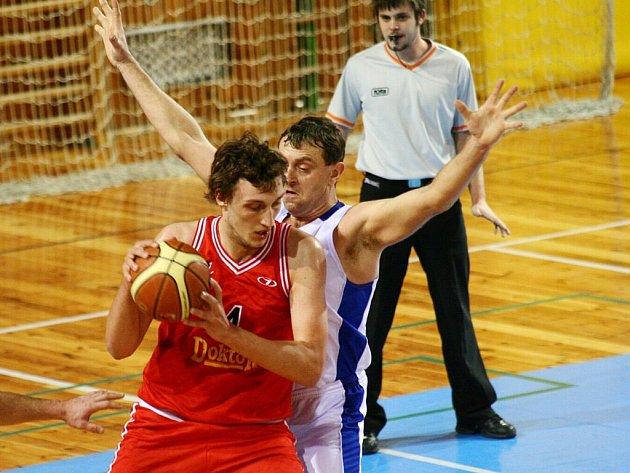 Basketbalisté Žďáru (v bílém) porazili na domácí palubovce dva vedoucí týmy soutěže.