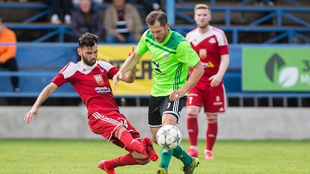 Na derby mezi fotbalisty Velkého Meziříčí (v červeném Robin Demeter) a Nového Města na Moravě (v zeleném Lukáš Michal) ve třetí lize na jaře takřka jistě nedojde.