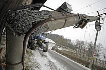 Silnici v Radostíně nad Oslavou na Žďársku blokovala dopravní nehoda traktoru, jenž dostal smyk, narazil do sloupu elektrického osvětlení a přerazil ho.