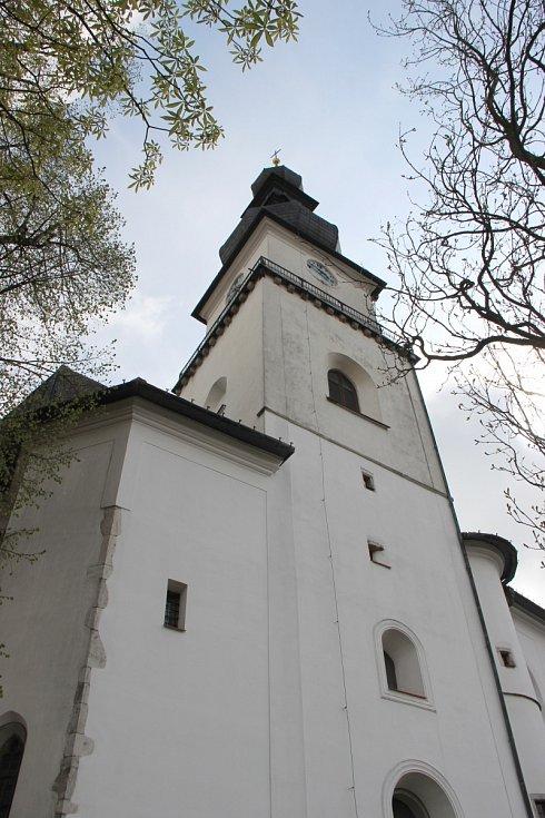 Věž kostela svatého Prokopa ve Žďáře nad Sázavou. Farnost a regionální muzeum tam v sobotu 13. května pro zájemce pořádají komentované prohlídky s výhledem z ochozu.
