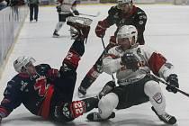 V utkání 25. kola II. ligy – skupiny Střed přivítají hokejisté Žďáru (v černém) druhý Tábor. Pokud se Plamenům podaří zvítězit v normální hrací době, bodově se na svého soupeře v tabulce dotáhnou.