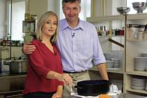 Moderátorka Monika Brindzáková vařila tradiční jídlo z Horácka společně s vedeoucím Turistické chaty Studnice Petrem Hladíkem.