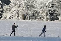 Strojově upravených tras na Žďársku je poskrovnu. Lyžovat se ale dá – na starých lyžích – ve vrcholových partiích v okolí Tří Studní.