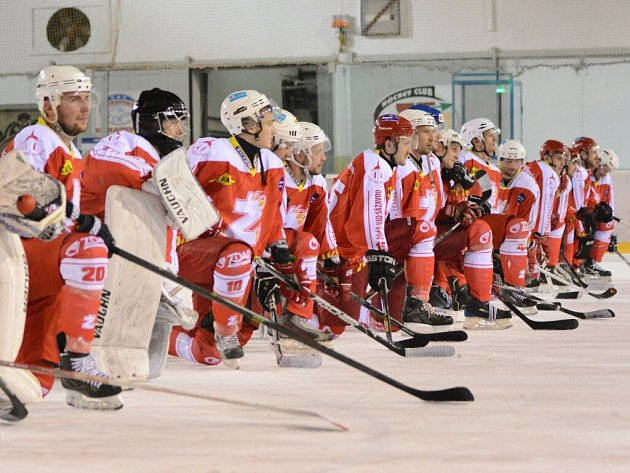Žďárští hokejisté na vlastním ledě opět zvítězili a i po pátém domácím utkání si mohli užít oslav se svými fanoušky.