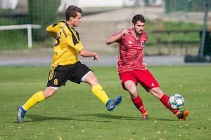 V předposledním podzimním kole se divizním fotbalistům Bystřice (v červeném) příliš nevedlo. Lanžhotu doma v sobotu podlehli vysoko 0:4.