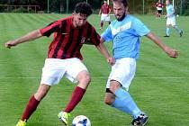 Fotbalisté Dobronína (v modrém) na úvod jara deklasovali Pohled 6:0.