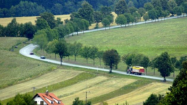 Ze silnice č. II/353 ležící na vrcholu Žďárských vrchů by se podle schváleného záměru krajského zastupitelstva měla stát částí páteřní sítě Vysočiny. Znamenalo by to rozšíření vozovky a houstnutí dopravy.