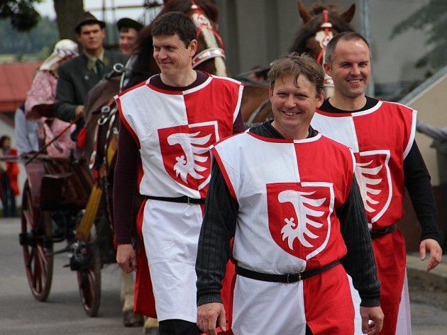 Oslavy k výročí 650 let od první písemné zmínky o obci se uskutečnily v Radostíně nad Oslavou. Na snímku kráčí krojovaný průvod obcí.