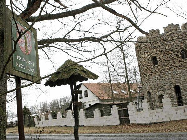 Zněkdejší hájenky uKuroslep na Třebíčsku vybudovali členové sekty pevnost.