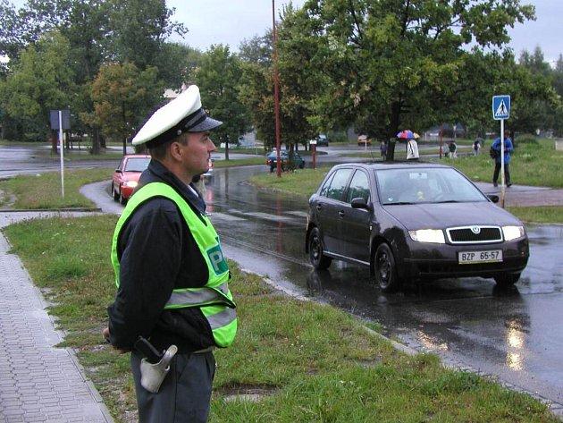 Policista hlídkuje ve Žďáře nad Sázavou u místního Gymnázia.
