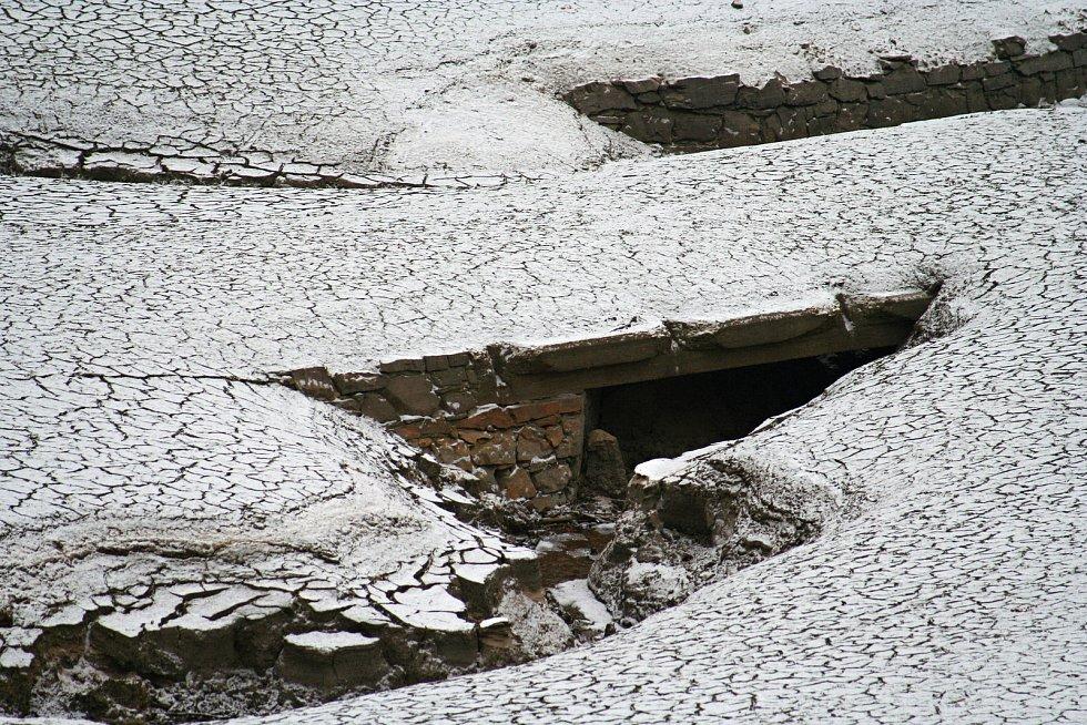 Za oběť Vírské přehradě padly obce Chudobín a Korouhvice.Jejich pozůstatky lze spatřit když je méně vody. Stejně tak i pozůstatky staré betonárky.