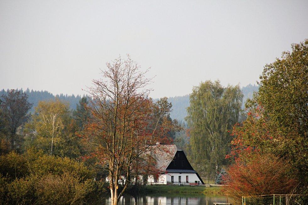 Trasa vede malebnou obcí Křižánky.