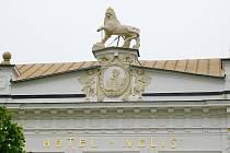 Secesní fasáda budovy vypadá jako v době svého vzniku v roce 1906.