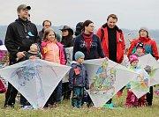 Několik desítek létajících draků se v neděli odpoledne vznášelo nad Velkým Meziříčím. U sjezdovky na Fajtově kopci se konala tradiční Drakiáda, jeden z největších podniků svého druhu na Vysočině.
