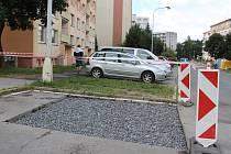 Pod autem se ve Žďáře náhle propadlo parkoviště, vůz museli vyprostit hasiči. Oprava bude hotová do 14 dní.