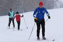 Na běžecké trasy v okolí Žďáru nad Sázavou vyrazilo v sobotu navzdory sněžení množství nadšených lyžařů.