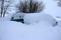 Lopata patřila k nezbytné výbavě. Sněhová nadílka byla opravdu štědrá.