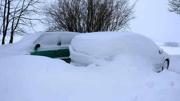 Sníh komplikoval dopravu, v kopcích stály kamiony