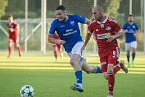 Záložník Petr Dolejš (v červeném) přispěl jednou brankou k výhře fotbalistů Velkého Meziříčí na stadionu Znojma.