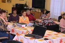 Přednášky v novoměstském Domě s pečovatelskou službou probíhají pomocí počítače a projektoru. Poté si studenti prostudují své sylaby a nakonec se pustí do testů. Další zkoušky pak absolvují doma na svých počítačích.