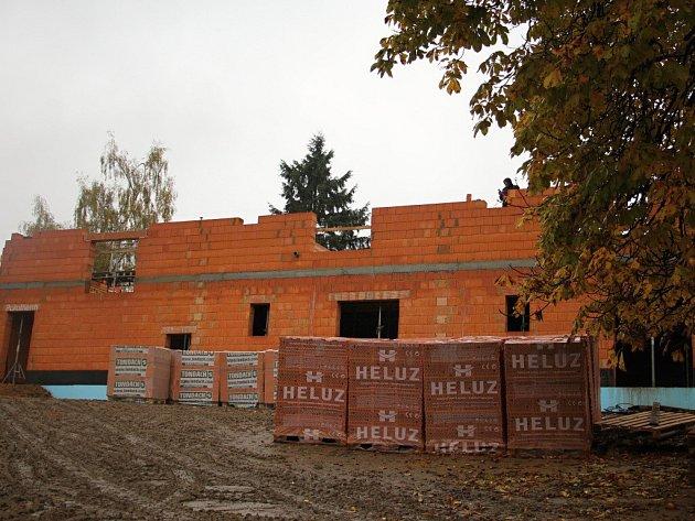 Dům s byty pro seniory nad šedesát let vzniká v blízkosti Domu s pečovatelskou službou a nemocničního zařízení. Dvaadvacet bytových jednotek bude zaplněno na podzim příštího roku, po dokončení stavby.