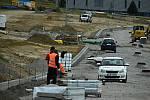 V těchto dnech začala další etapa prací, a sice propojení průmyslové zóny s Novoměstskou ulicí se současným zasíťováním.