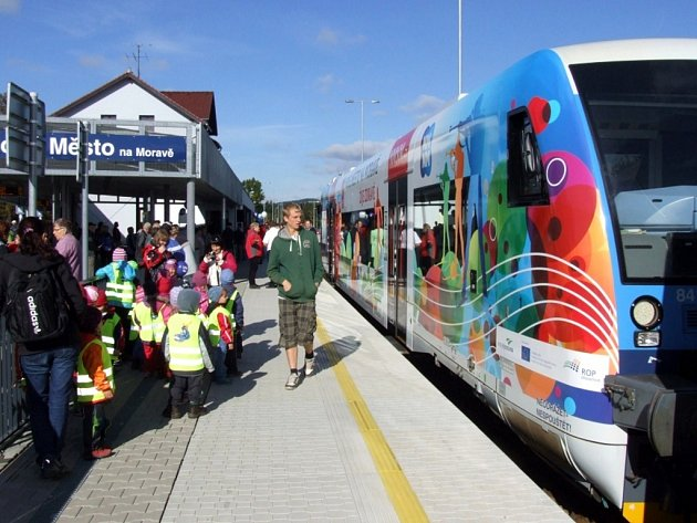 Lidé si v pátek 27. září 2013 přišli prohlédnout nový vlak s motivy Nového Města na Moravě.