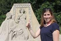 """Žďárský umělec Michal Olšiak pořádá v lednici výstavu velkých pískových soch. """"Líbí se mi hlavně Mucha, mám ráda umění,"""" řekla návštěvnice Lucie Rajchlová z Valtic (na snímku)."""