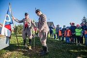 V rámci projektu 100 let s trikolórou se děti ve škole a ve školce v Polničce vytvořili oblečení do barev trikolory obraz státní vlajky a vysadili lípu.