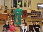 V některých obcích a městech na Žďársku začíná advent dřív   Rozsvícení vánočního stromečku v Pohledci předcházelo divadelní představení.