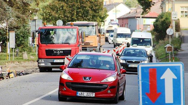 Větší úsilí nyní stojí dohled nad bezpečností dětí ze základní školy v Santiniho ulici, kde se za provozu budují zastávky MHD.