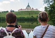 Hraběnka Thamara Kinská provedla návštěvníky po zahradách na Zámku Kinských ve Žďáru nad Sázavou.