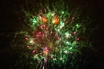 Nový rok 2011 přivítaly v sobotu 1. ledna na žďárském náměstí Republiky stovky obyvatel města.