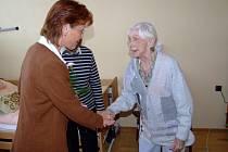 Třiadevadesátiletá Věra Honomichlová se stala první obyvatelkou žďárského seniorpenzinu. Slavnostně uvítána a obdarována květinami byla od ředitelky sociálních služeb, zaměstnanců zařízení i představitelů města a kraje.
