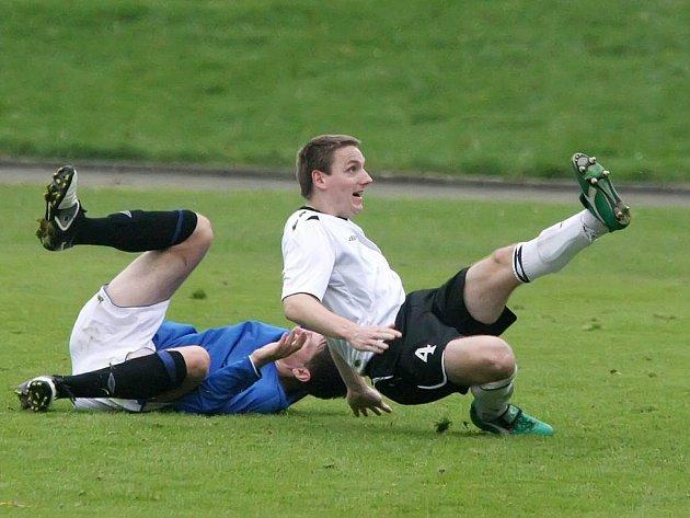 Fotbalistům Žďáru se v Pelhřimově nedaří. Před rokem zde prohráli 0:3. Teď byli domácí milosrdnější a zvítězili po zásluze 2:0.