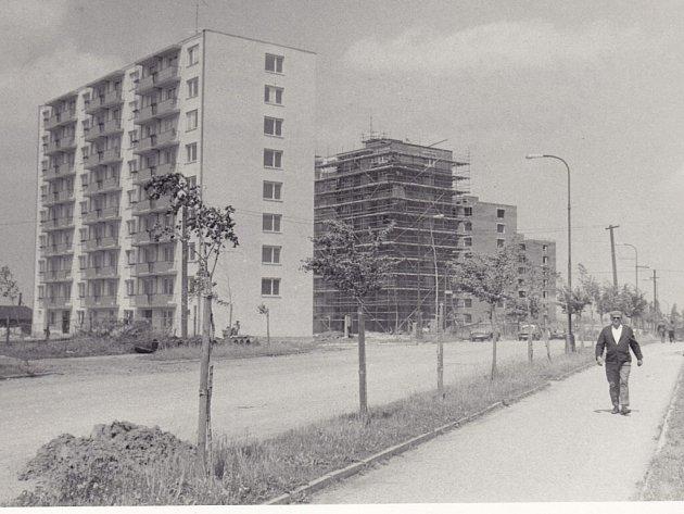 Nádražní ulice spojuje náměstí Republiky a nádraží ve Žďáře. Vlevo je jedna z nejstarších fotografií ulice (začátek 20. let), rohový dům na snímku stojí na rohu dnešních ulic Nádražní a Tyršova. Foto vpravo zachycuje výstavbu bytových domů před nádražím.
