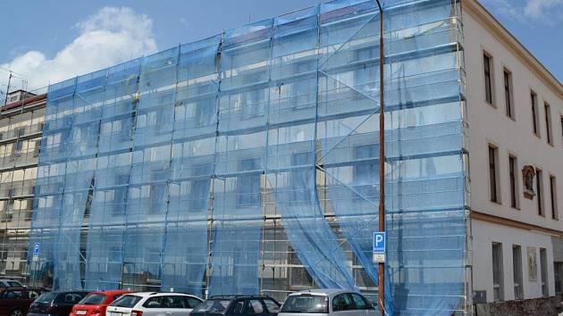 Větší část fasády bývalé školy směrem na náměstí Republiky je již hotova. Výměna oken a úprava fasády nyní pokračují na straně vedoucí na Doležalovo náměstí.