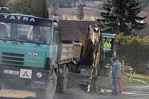 Obyvatelé Strážku se musí kvůli nové kanalizaci na čas smířit s vyšší hlučností a prašností.