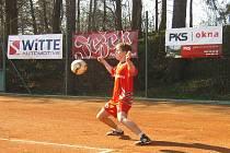 Nohejbalisté Žďáru (na snímku Karel Hron při singlu) vyhráli popáté v sezoně a v sedmi dosavadních utkáních nepoznali hořkost porážky.