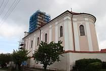 Věž kostela svatého Václava v Novém Veselí při rekonstrukci v roce 2017.