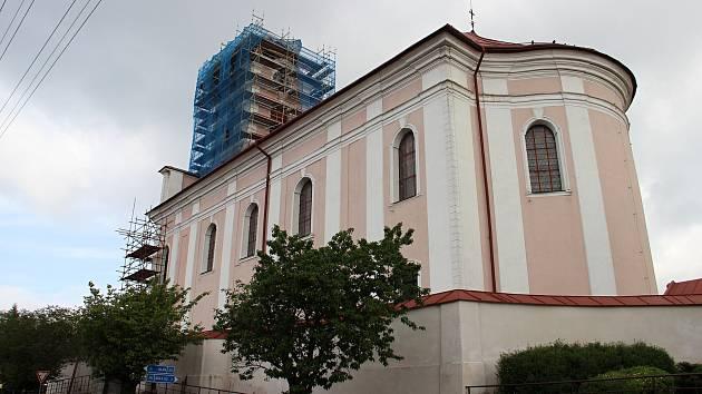 Novoveselský kostel svatého Václava bude mít nové zvony. Pomůže dotace
