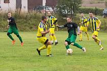 Fotbalisté Jiskry Měřín (ve žlutých dresech) doma v nedělním utkání pátého kola východní skupiny 1. A třídy zdolali Rapotice těsně 3:2.