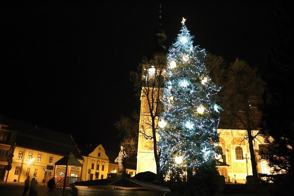 Vánoční strom se v Novém Městě na Moravě rozzářil se tam o něco dříve než jinde. Už v předvečer první adventní neděle.